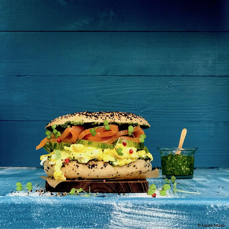 PHOTO CULINAIRE labelaure blog culinaire auteure recette sandwich façon burger bagel new-yorkais multigrains saumon fume oeufs brouilles tomates vertes pesto bio