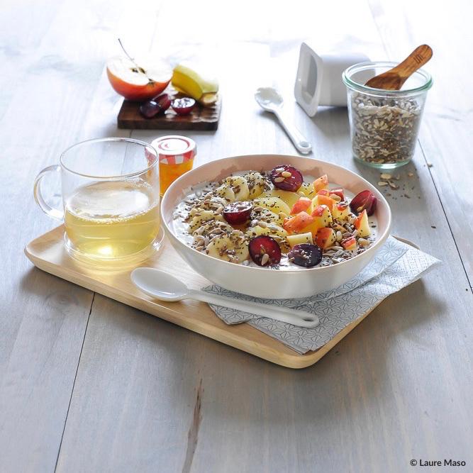 labelaure photographie culinaire blogueuse culinaire recette petit déjeuner healthy fruits de saison graines yaourt de vache chèvre soja thé vert