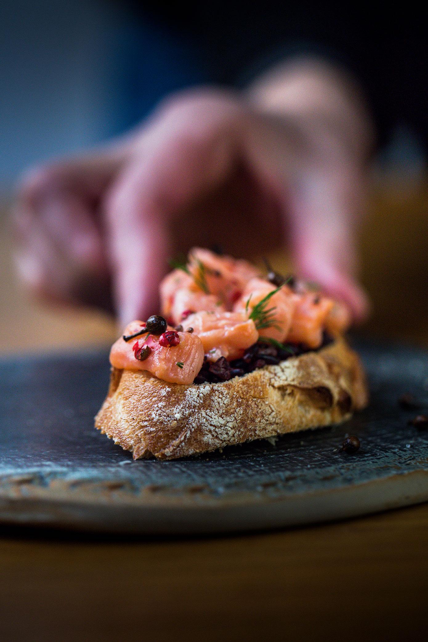 Laissez vous séduire en hiver par une tartine gourmande au dés de saumon et poivre toasté