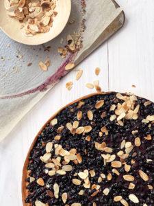 stylisme culinaire food photography agence communication culinaire tarte sucrée myrtille crèmes d'amandes amandes effilées